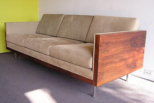 retro-style-boxy-sofa-futurama